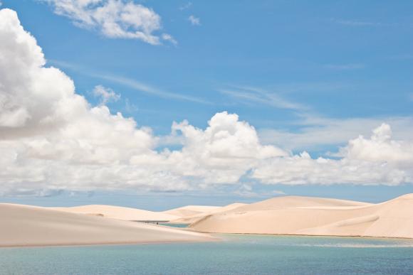 O Parque Nacional Lençóis Maranhenses se espalha por uma área de 155 mil hectares, dos quais 90 mil são preenchidos por dunas salpicadas de lagoas com água translúcida